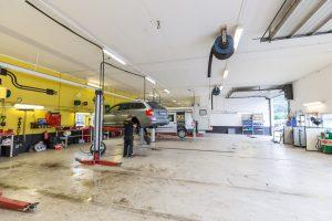 På verkstedet tar mekanikerne seg av bilen din.